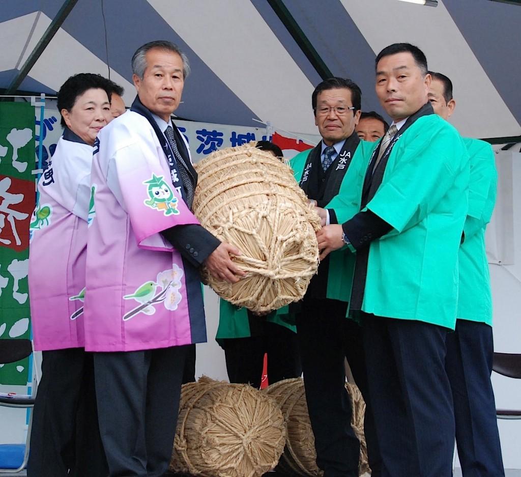 米俵を持つ茨城町とJA関係者