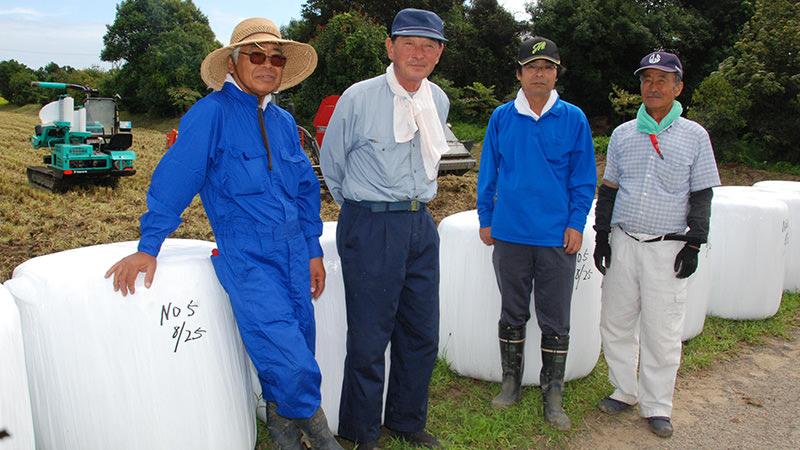 島営農生産組合の皆さん(右から入野組合長、広志さん、川﨑明男さん、齋藤政雄さん)