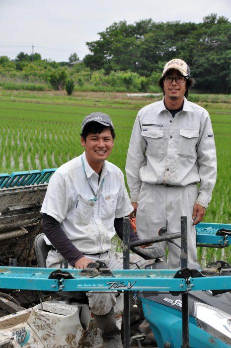 農大時代の仲間・高野悟さんと田植えを行う青木さん(左)