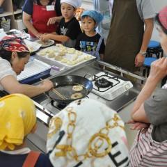 米粉ドーナッツを揚げる参加者