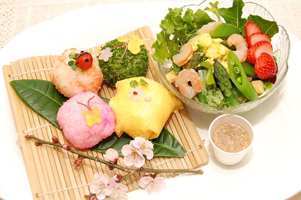 右:春野菜のいろどりサラダ 新たまドレッシング 左:春の手毬デコおにぎり